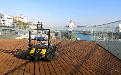 Robot Husky A200 vďaka nášmu algoritmu autonómne nasleduje značku